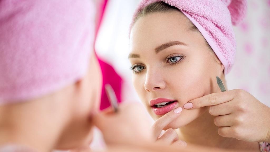 Прыщи на лице: причины и лечение